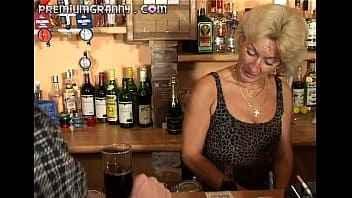 Imagen Die Muschi einer alten Frau auf der Bartheke essen