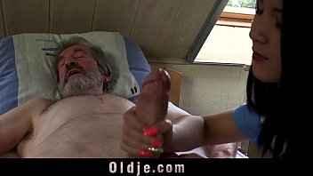 Imagen Die junge Lady Dee wichst den alten Mann und fickt ihn