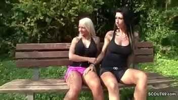 Imagen Die Sexy Cora isst die Muschi ihrer Freundin in einem Wald
